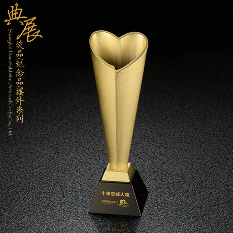 沈陽制作公益貢獻獎獎杯,捐資捐贈者榮譽獎杯,年度創意獎杯設計
